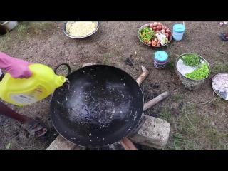 Индийский дед готовит для сирот