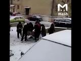 В Серпухове бедные пенсионеры буквально разорвали тележку с просрочкой из магазина (#ZHS)