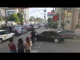 Когда пешеходы идут на принцип (хорошее настроение, перекресток, машина, авто, автомобилист, нарушитель, по капоту, прямая).