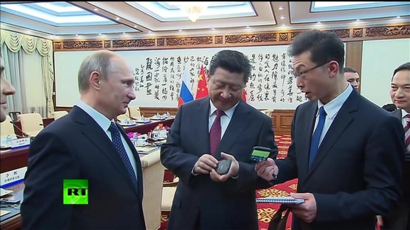 Путин подарил главе КНР YotaPhone (ХУЁТА)