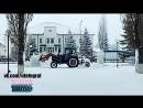 Трактор сносит новогодние фигуры