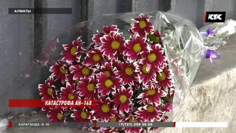 К генеральному консульству России алматинцы несут цветы.