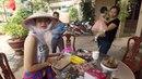 Ướp thịt nướng Cáp ca dơ (BBQ picnic) với các hotgirls - ăn hết veo 3 kg. (Chia Sẻ Khám Phá Việt)