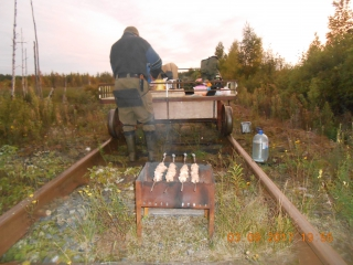 Ватсон и Холмс на самодвижущейся повозке догоняют паровоз