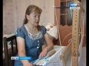 Мастерица из Красноярка ткёт коврики на самодельном станке