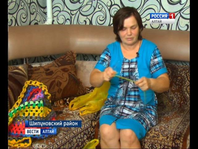 Рукодельница из Шипуновского района вяжет ковры из обычных полиэтиленовых пакетов