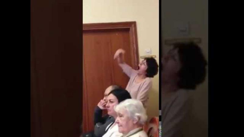 Педагог помогает на экзамене по вокалу)