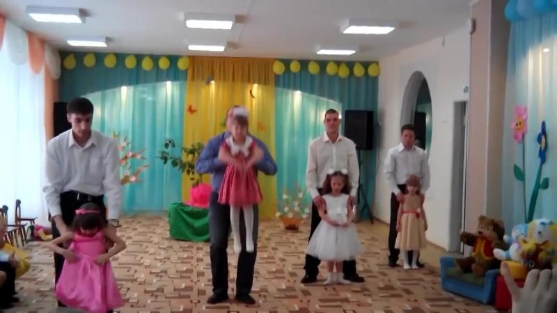 Трогательный танец папочек и дочек