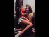девушки целуются на вписке в перископе