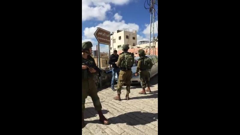 Al-Khalil (Hébron) : Les soldats juis tasahalopes d'occupation détiennent un certain nombre de jeunes dans la vieille ville... P