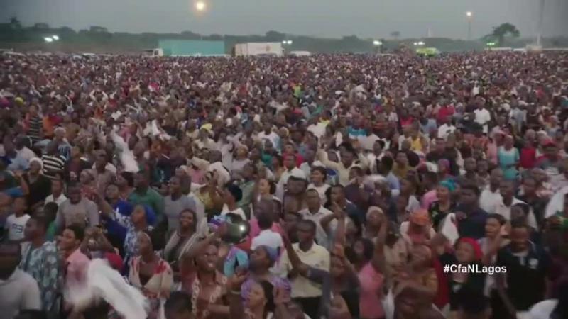 Это видео показывает, как мы, нигерийцы, восхваляем Бога ... Это похвальная сессия в крестовом походе Рейнхарда Боннке в Нигерии