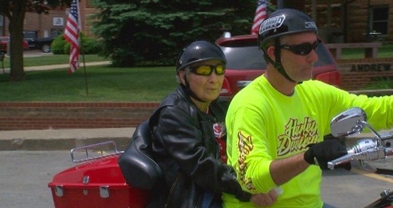 100-летняя бабушка впервые прокатилась на мотоцикле