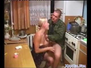russkoe-porno-pyanih-na-kuhne-devki-s-mobilami-v-pizde-i-pope
