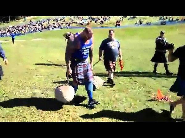 Хафтор Бьёрнсон, перенос двух камней The Loon Stones, весом 124 кг и 106 кг на дальность!