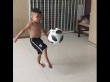 Футбольный вундеркинд творит чудеса. Мальчик набивает мяч. Футбол, фристайл, финт, супер видео гол, шок, жесть прикол игры ржака