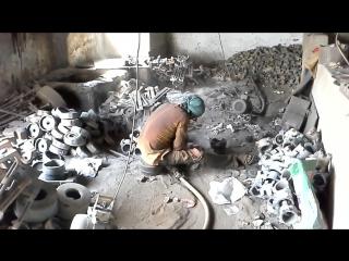 Суровые металлурги в Индии, литье чугуна