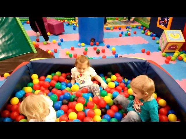 Нелли на детской площадке ВЕСЕЛЫЙ ОСТРОВ горки батуты и много шариков Видео для детей