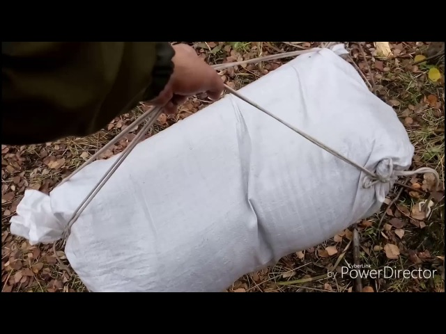Рюкзак из полипропиленового мешка и веревки.