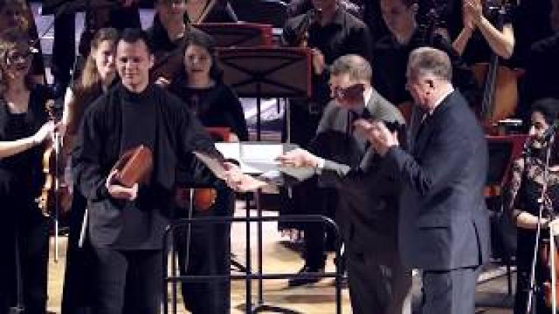 Вручение Теодору Курентзису памятного подарка от Московской консерватории