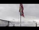 Оккупированное Косово. Флаг США и шестицветный в соитии