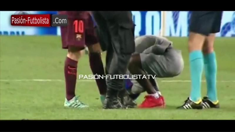 Фанат поцеловал бутсы Месси во время игры.