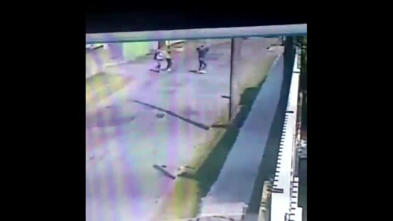 Duas mulheres sozinhas na rua são alvos fáceis pra um bandido, ele só.mp4