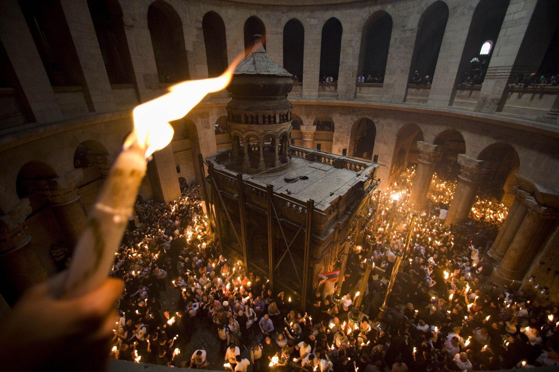 Предпасхальное чудо свершилось! Благодатный огонь сошёл на землю в храме Гроба Господня в Иерусалиме!