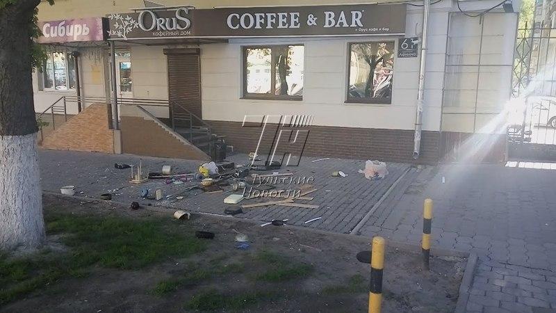 В центре Тулы женщина устроила погром квартиры и выкинула вещи из окна