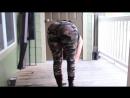 Красивая девушка танцует тверк попой