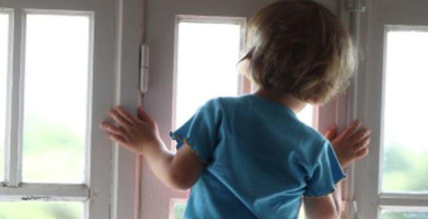 Девочка выбросила своего брата из окна за то, что он описался