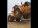 Безбашенная работа погрузчиком на мраморном руднике в Турции