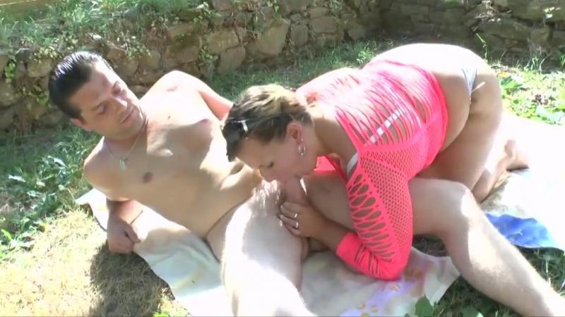 Парень трахает зрелую немку на улице во дворе, mature german fuck outside bbw sex fat ass butt (Инцест со зрелыми мамочками 18+)