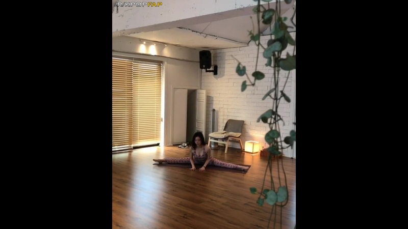 Dal Shabet Serri Tits 101 (Spreading her legs out wide, doing push-ups showing us her tits pray we all enjoy it for 20 seconds