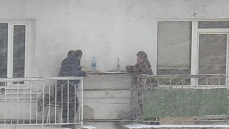 Что мне снег, что мне зной, Что мне дождик проливной, Когда мои друзья со мной.