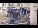 Саакашвили на крыше дома)
