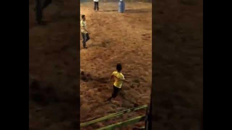 A competição que dá 500 reais pra quem conseguir colocar o anão no tambor