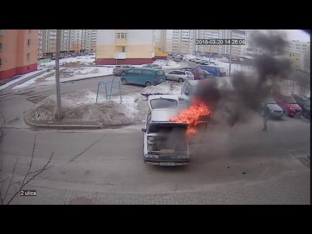 В Гомеле открытым пламенем горел автомобиль Мазда