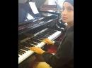 Mennel de The VOICE Jouant du piano