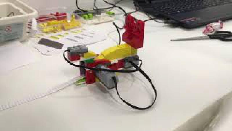 Машина для изготовления гофробумаги из Lego WeDo