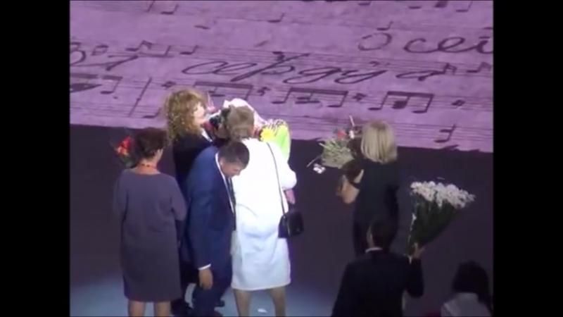 Я дарю любимой Примадонне цветы и сборник своих стихов на концерте в Кремле: