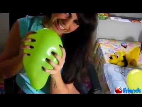 Morena que gosta de machucar seus balões com as Unhas 74