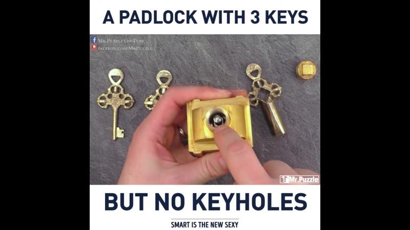 Оригинальный замок с тремя ключами, но без скважин.