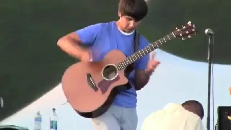 Парень неРеально Круто Играет на Гитаре....