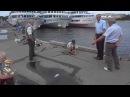 Мальчик проводит мастер класс для начинающих рыбаков Neva river