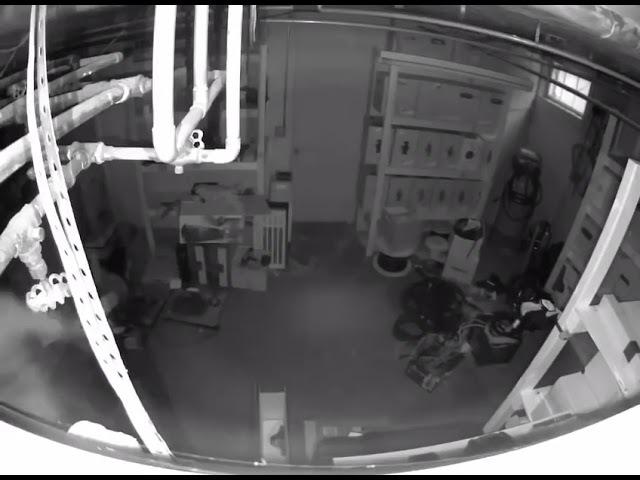 Хитрый наркоторговец спрятался от спецназа в пустом помещении!