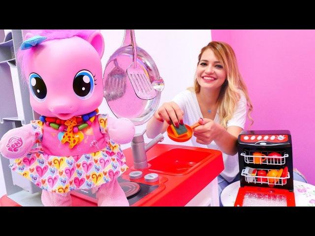 MyLittlePony oyuncaklar ile kızoyunları 🎠. Pinkie Pie bulaşık makinesi alıyor - alışverişoyunu 💵