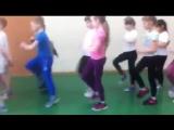 Дети маршируют, разница между мальчиками и девочками (6 sec)
