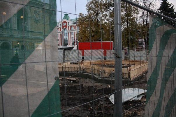 Клумбы опалубили деревом. Старое место, намоленное для Немцова, снесли.