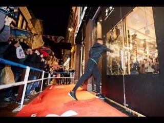 Энтони Джошуа разбивает окна на открытии магазина Under Armour