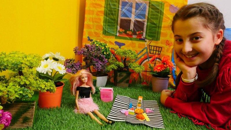 Almina ve Barbie pikniğe gidiyorlar. Evcilik oyunu